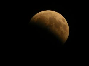 Der Erdschatten bedeckt schon ein ganzes Stück Mond ...
